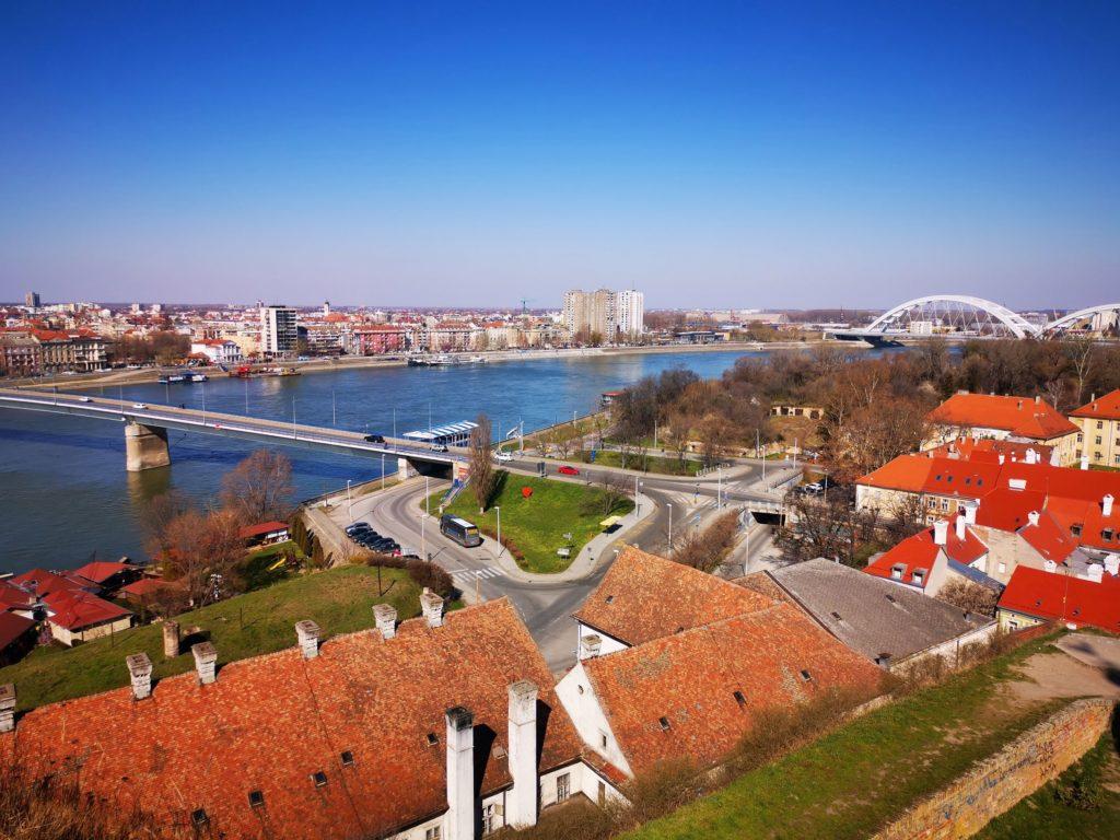 Petrovaradin mit Blick auf Novi Sad in Serbien